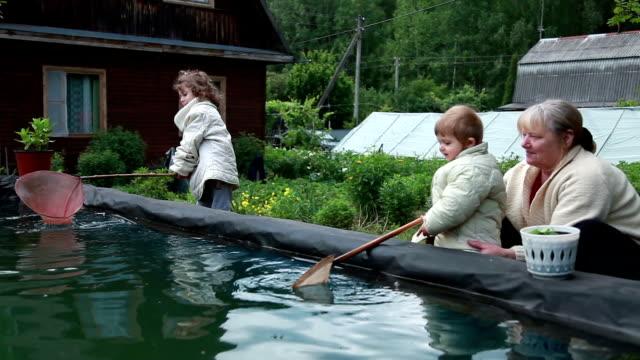 Kinder Spritzwasser in das Schwimmbad bei ihrer Großmutter