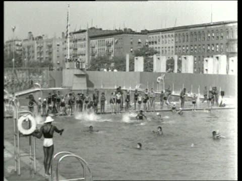 b/w children swimming in large public swimming pool / sound - freibad stock-videos und b-roll-filmmaterial
