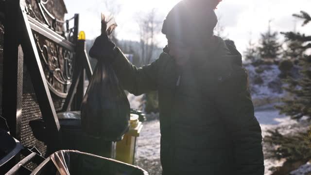 分離されたゴミを別々のビンに投げ出す子供たち - ゴミ袋点の映像素材/bロール
