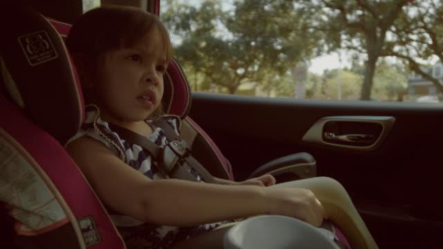 vídeos de stock e filmes b-roll de children traveling in a family car - viagem em estrada
