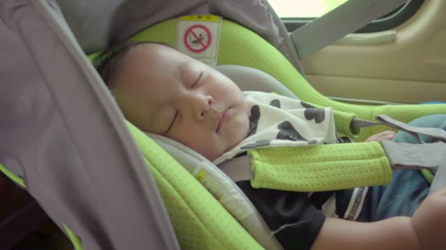 vídeos y material grabado en eventos de stock de los niños que viajan en coche familiar - carro blindado