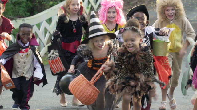 vídeos de stock, filmes e b-roll de children trick or treating on halloween - fantasia disfarce
