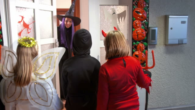 HD DOLLY: Children Trick Or Treating