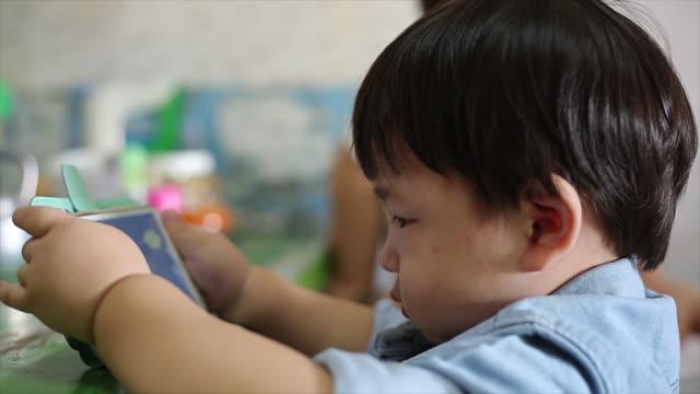 kinder mit smartphone - sportschützer stock-videos und b-roll-filmmaterial
