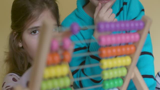 kinder mit abacus, slow-motion - mathematisches symbol stock-videos und b-roll-filmmaterial