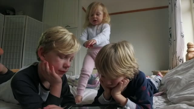 stockvideo's en b-roll-footage met children using an digital tablet together - 6 7 jaar