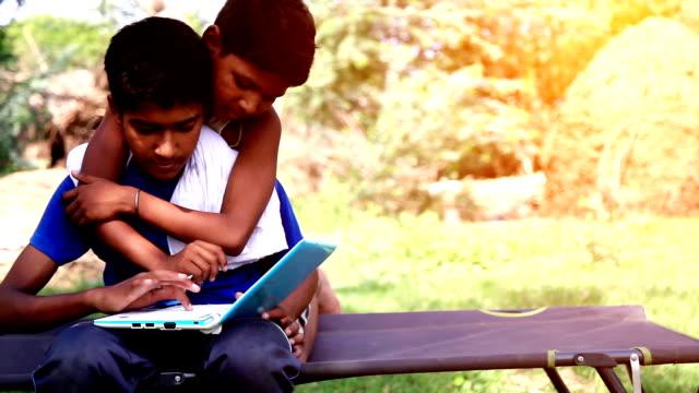 kinder mit laptop  - entwicklungsland stock-videos und b-roll-filmmaterial