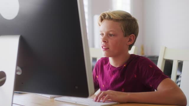 vidéos et rushes de enfants utilisant la technologie dans une maison - cheveux blonds