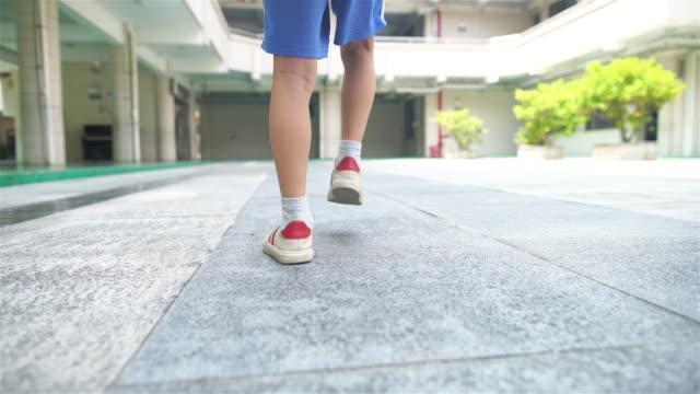 vidéos et rushes de enfants à pied à l'école, retour à l'école - petits garçons