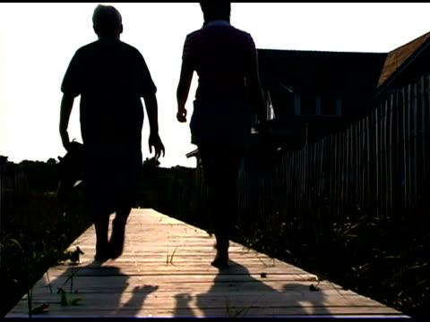 children walking on boardwalk - gemeinsam gehen stock-videos und b-roll-filmmaterial