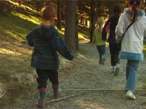 PAL-Kinder zu Fuß durch den Wald