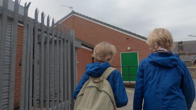 stockvideo's en b-roll-footage met children walking to school - alleen jongens