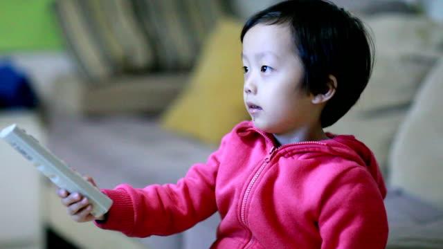 stockvideo's en b-roll-footage met kinderen kijken tv - zappen