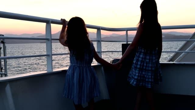 vídeos y material grabado en eventos de stock de niños viendo una impresionante puesta de sol de vacaciones - ferry