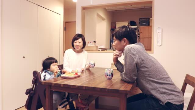 children who eat lunch - 団らん点の映像素材/bロール