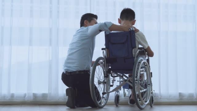 自閉症、足の障害、車椅子の子供たちは、医者に診てもらう - 自閉症点の映像素材/bロール