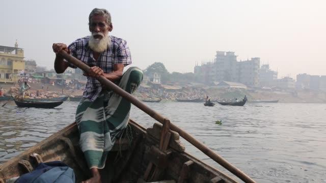 vídeos y material grabado en eventos de stock de children working in ship propeller making factory in dhaka banhladesh on december 22 2016 in a new report by overseas development institute found... - bangladesh