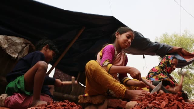 children works with their mother where they break bricks in dhaka bangladesh on march 06 2018 child labor work for helping her family with her mother... - lanci e salti femminile video stock e b–roll