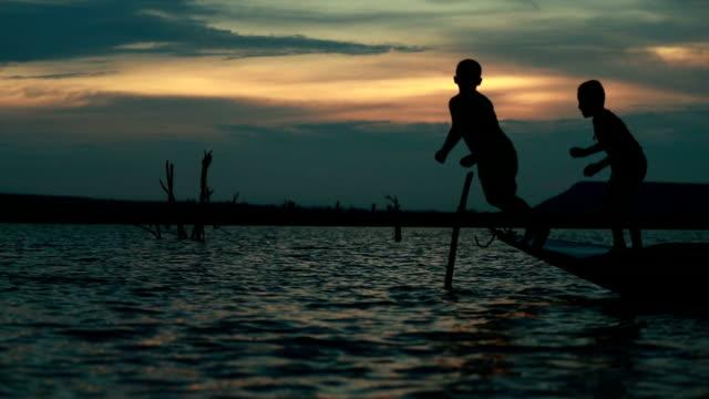 """vídeos de stock, filmes e b-roll de crianças jogando no lago na tailândia, câmera lenta """" - rio"""