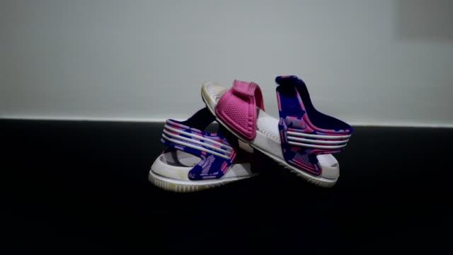 お子様用の靴 - 赤ちゃんの靴点の映像素材/bロール