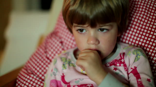 HD : Télévision pour enfants: Enfant baignées de lumière de regarder la télévision