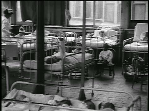 vidéos et rushes de b/w 1920 pan children's ward in hospital / detroit, michigan / newsreel - 1920