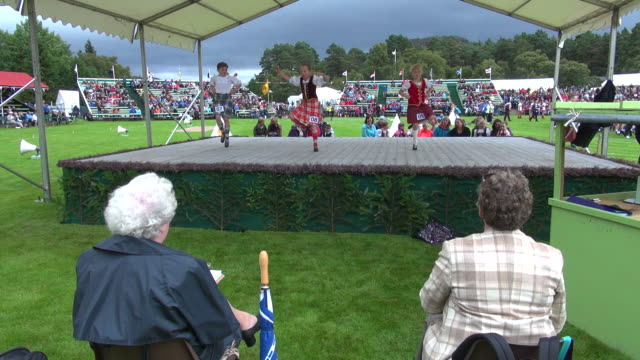 vídeos y material grabado en eventos de stock de ms childs highland dancing at braemar royal highland games / braemar, aberdeenshire, scotland - escocia