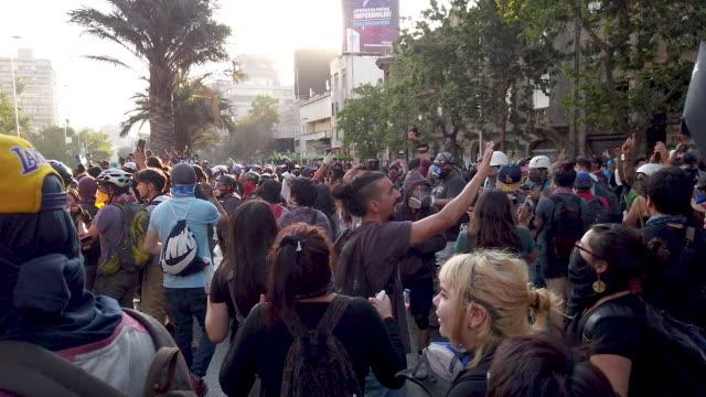 vídeos de stock e filmes b-roll de chilean demonstrator during protests against president sebastián piñera on november 13 2019 in santiago chile yesterday president of chile sebastian... - chile