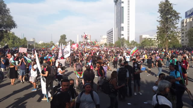 chilean demonstrator protest during the 50th consecutive day of demonstrations against president sebatión piñera on december 6, 2019 in santiago,... - fare video stock e b–roll