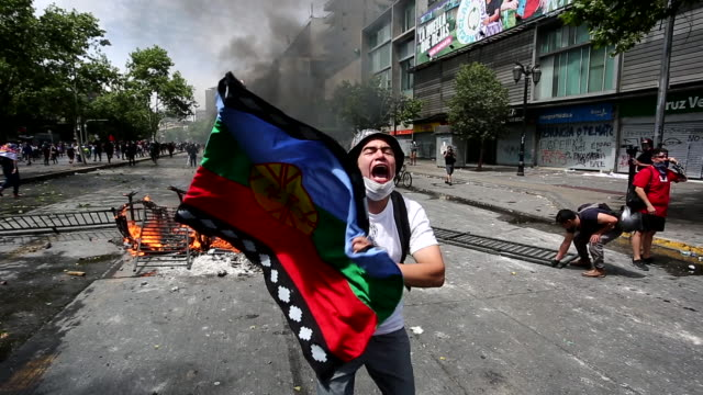 vídeos de stock e filmes b-roll de chilean demonstrator protest during the sixth day of protest against president sebastian piñera on october 23 2019 in santiago chile although... - chile