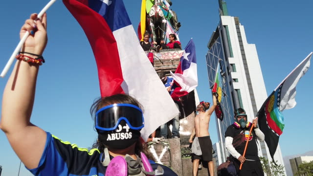 chilean demostrators protest against government president sebastian piñera on november 27, 2019 in santiago, chile. earlier today, president piñera... - fare video stock e b–roll