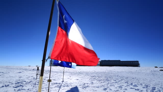 chilean flag at magnetic south pole - wetterstation stock-videos und b-roll-filmmaterial