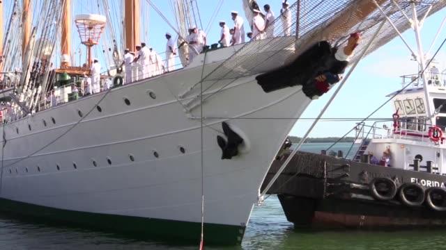 vídeos y material grabado en eventos de stock de chilean navy training ship be esmeralda departed the port of miami after a successful 5day visit to the city the 370foot long fourmasted steelhulled... - bahía de biscayne