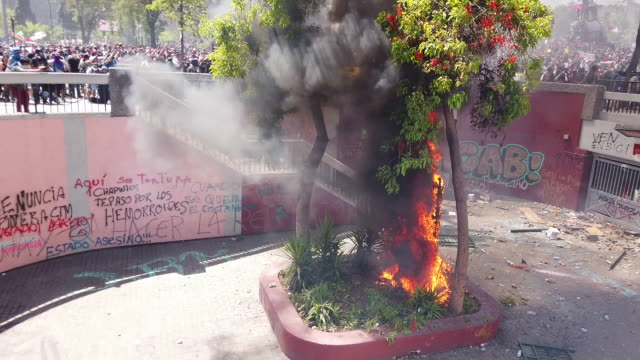 stockvideo's en b-roll-footage met chilean people protest against presidente sebastian piñera during the seventh day of protests against president sebastian piñera on october 24 2019... - chile