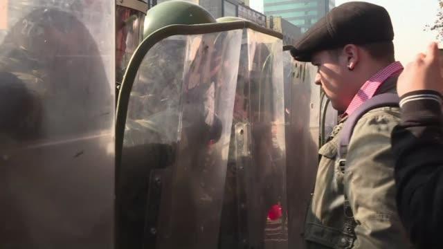vídeos y material grabado en eventos de stock de chilean police use water cannon against protesters launching rocks during a march against education reform - artículo de emergencia