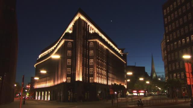 vídeos y material grabado en eventos de stock de ws, chilehaus illuminated at night, hamburg, germany - estilo siglo xx