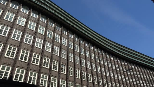 vídeos de stock e filmes b-roll de chilehaus office building, kontorhausviertel, - alemanha
