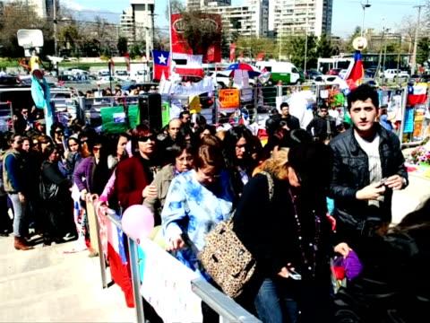 chilenos rindieron homenaje al fallecido animador felipe camiroaga, la principal figura de la tv local, a las afueras de la sede del canal television... - animator stock videos & royalty-free footage