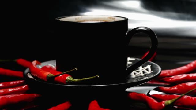 チリとコーヒー - 赤唐辛子点の映像素材/bロール