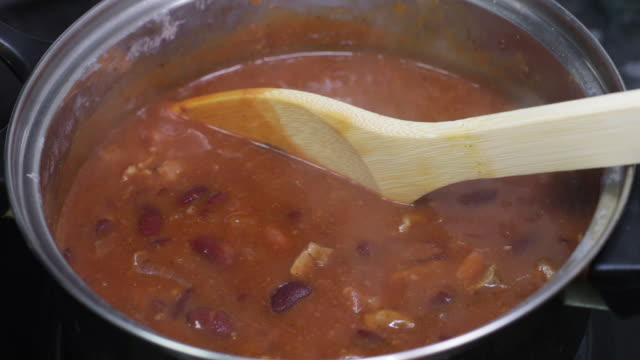 chili con carne cooking - chilli con carne video stock e b–roll