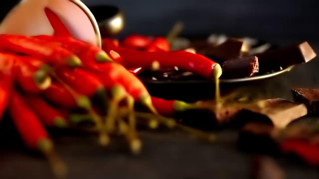 vidéos et rushes de piments sur noir - piment