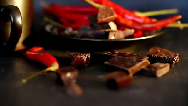 chili paprika über schwarz - chili schote stock-videos und b-roll-filmmaterial