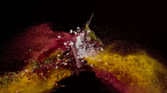 chili pulver, meersalz, lorbeerblätter, zimt, kurkuma gewürz colliding in der luft super slow motion video 1000 fps - variation stock-videos und b-roll-filmmaterial