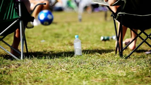 stockvideo's en b-roll-footage met chilled out summer festival - festivalganger