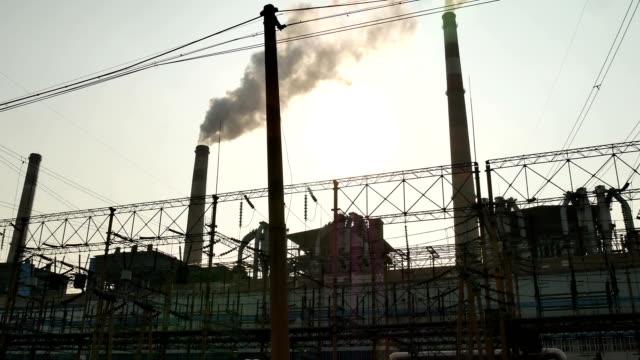 火力発電所の煙突 - 商業活動点の映像素材/bロール