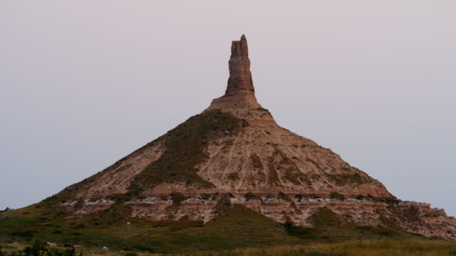 chimney rock sunrise time lapse oregon nebraska usa - turmspitze stock-videos und b-roll-filmmaterial