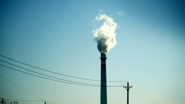 Schoorsteen rook uit een chemische fabriek