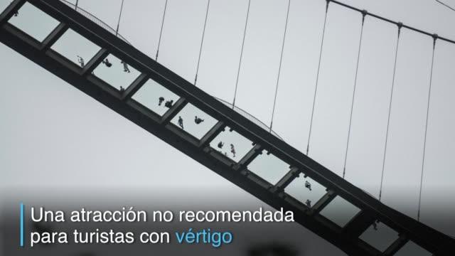 stockvideo's en b-roll-footage met china abrio el puente con piso de vidrio mas alto y largo del mundo en las montanas de zhangjiajie una atraccion no apta para turistas que sufren de... - puente
