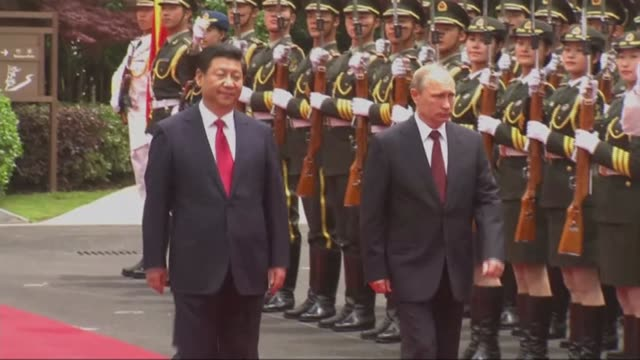 china allows xi jinping to be 'president for life' lib / beijing ext xi jinping and vladimir putin along past guard of honour troops with rifles in... - wladimir putin stock-videos und b-roll-filmmaterial