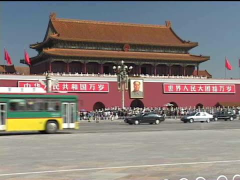 ws, china, beijing, pedestrians and traffic in front of  tiananmen gate - tor des himmlischen friedens stock-videos und b-roll-filmmaterial